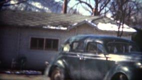 (film de 8mm) homme 1949 soutenant la nouvelle voiture banque de vidéos