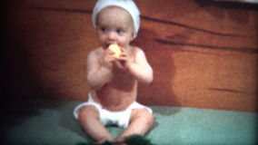 (film de 8mm) le bébé 1949 s'habille comme Bunny For Easter banque de vidéos