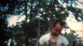 (film de 8mm) papa 1951 et bébé sur Swingset banque de vidéos
