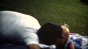 (film de 8mm) papa 1951 jouant le bébé sur la couverture banque de vidéos