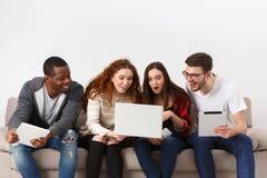Film de montre d'amis sur l'ordinateur portable Photos stock