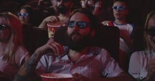 Film de observation captivé d'assistance dans le cinéma banque de vidéos