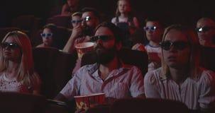 Film de observation captivé d'assistance dans le cinéma clips vidéos