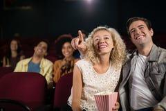 Film de observation de couples dans le théâtre Image stock