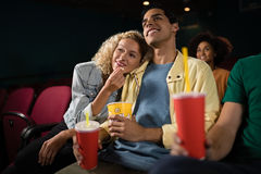 Film de observation de couples dans le théâtre Photos stock