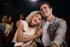 Film de observation de couples dans le théâtre Images stock