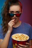 Film de observation de belle fille avec les verres 3d Images libres de droits