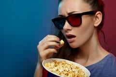 Film de observation de belle fille avec les verres 3d Photos stock