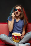 Film de observation de belle fille avec les verres 3d Photographie stock