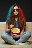 Film de observation de belle fille avec les verres 3d Image stock