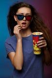 Film de observation de belle fille avec les verres 3d Images stock