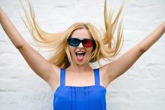Film de observation de belle jeune femme avec les verres 3D, excitant tenant des mains Image stock