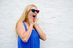 Film de observation de belle jeune femme avec les verres 3D, excitant tenant des mains Photos stock