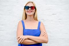 Film de observation de belle jeune femme passionnante avec les verres 3D, regard joyeux en avant Plan rapproché de portrait Image libre de droits