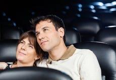 Film de observation de couples affectueux dans le théâtre Photographie stock
