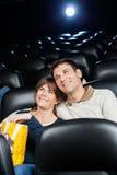 Film de observation de couples affectueux heureux dans le théâtre Images libres de droits
