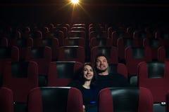 Film de observation de couples affectueux heureux dans le théâtre Photos libres de droits