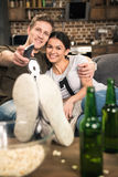 Film de observation de couples avec de la bière et le maïs éclaté Photo libre de droits