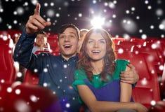 Film de observation de couples heureux dans le théâtre Photo stock