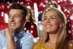 Film de observation de couples heureux dans le théâtre Image stock