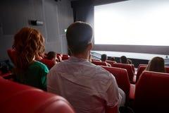 Film de observation de couples heureux dans le théâtre ou le cinéma Photographie stock libre de droits