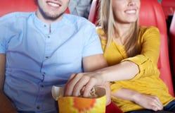 Film de observation de couples heureux dans le théâtre ou le cinéma Photo stock