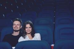 Film de observation de couples positifs dans le cinéma et le sourire Photo stock
