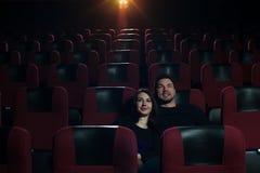Film de observation de couples romantiques heureux dans le théâtre Photographie stock libre de droits