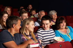 Film de observation de famille d'adolescent dans le cinéma Images libres de droits