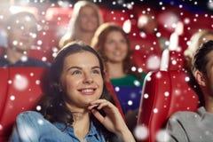 Film de observation de femme heureuse dans le théâtre Photographie stock libre de droits