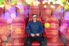 Film de observation de jeune homme dans le théâtre 3d Photos libres de droits