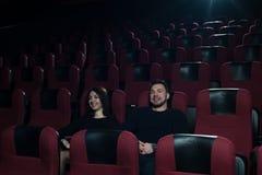 Film de observation de jeunes couples caucasiens dans le théâtre Image stock