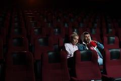 Film de observation de jeunes couples romantiques dans le théâtre Photos stock