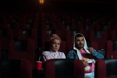 Film de observation de jeunes couples romantiques dans le théâtre Photographie stock libre de droits