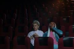 Film de observation de jeunes couples romantiques dans le théâtre Image stock