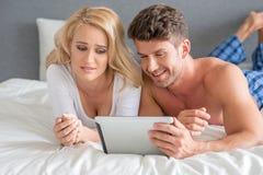 Film de observation de jeunes couples sexy sur la Tablette blanche Images libres de droits