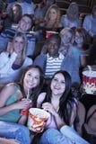 Film de observation de personnes dans la salle de cinéma Photographie stock libre de droits