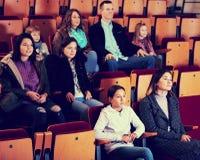 Film de observation de personnes dans le cinéma Images stock