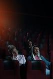 Film de observation de personnes dans le théâtre de cinéma Image stock