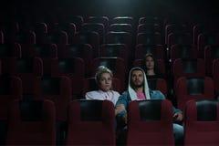 Film de observation de personnes dans le théâtre de cinéma Images libres de droits