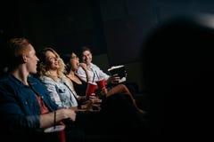 Film de observation des jeunes dans le théâtre multiplex Image stock