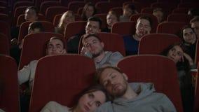 Film de observation ennuyé d'assistance dans le cinéma Les spectateurs tombent endormi du film ennuyeux banque de vidéos