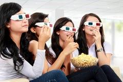 Film de observation portant les lunettes 3d Images libres de droits