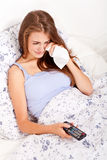 Film de observation TV de jeune femme attirante Images stock