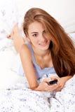 Film de observation TV de jeune femme attirante Photos stock