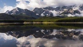 film del film di lasso di tempo 4K video che muove Timelapse delle nuvole che appendono nelle montagne e che sollevano lentamente video d archivio