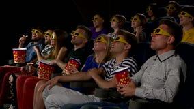 Film dell'orologio dei giovani in cinema: commedia in 3D stock footage