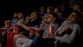 Film dell'orologio dei giovani in cinema: orrore in 3D stock footage