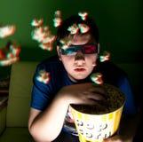 Film der Uhr 3d des jungen Mannes zu Hause Lizenzfreie Stockbilder