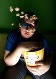 Film der Uhr 3d des jungen Mannes zu Hause Stockbild